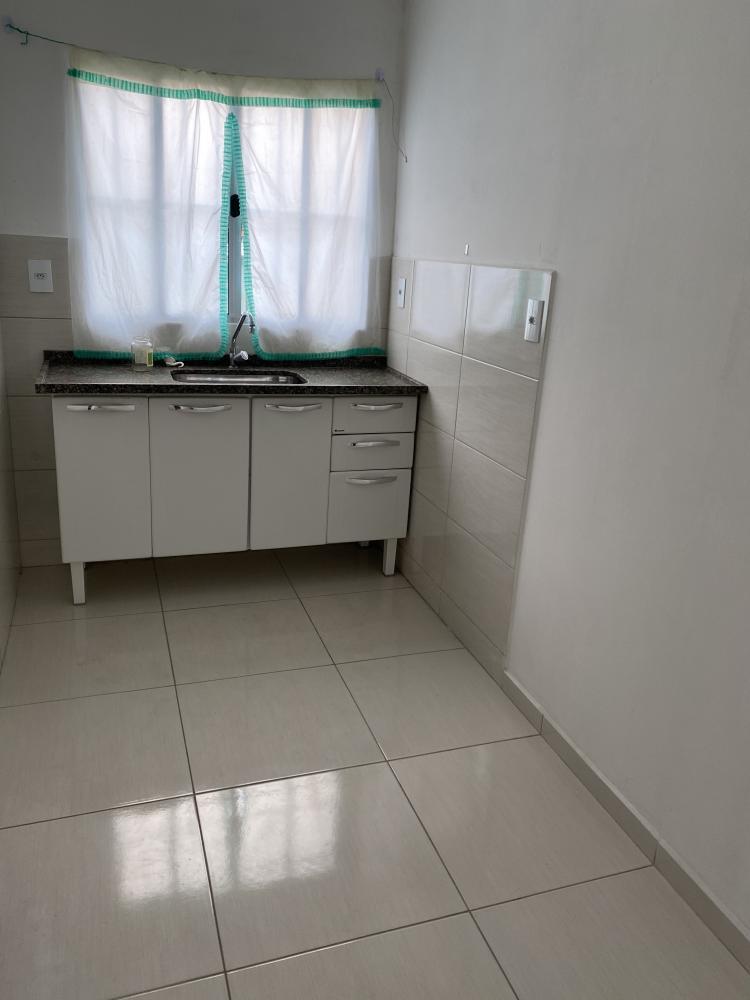 Casa de fundos, com quarto espaçoso, cozinha com gabinete, quintal.