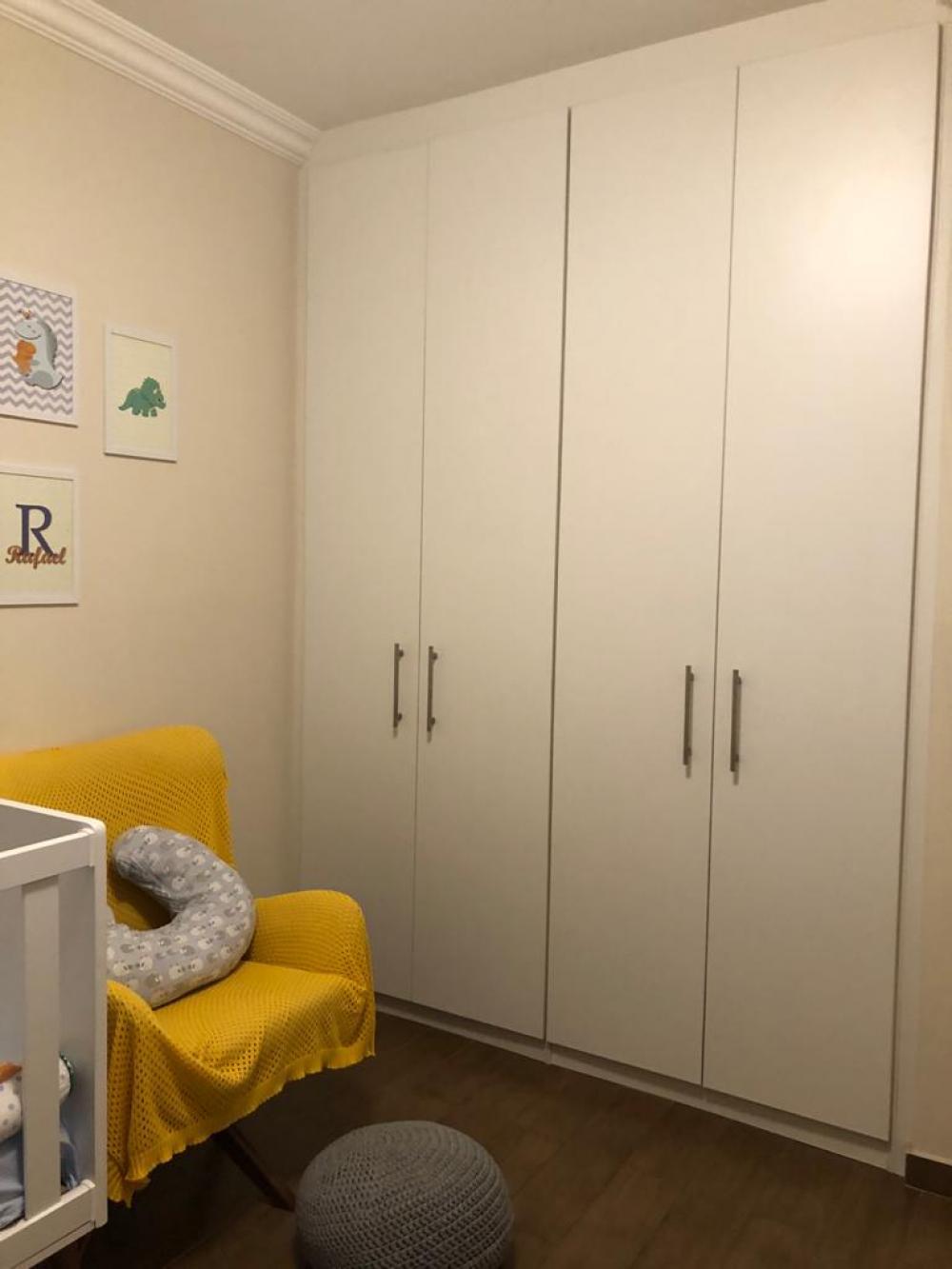 Lindo apartamento no centro da cidade de 72 m² com 2 vagas de garagem, 2 dormitórios sendo 1 suite, 1 banheiro social, sala 2 ambientes com sacada, cozinha americana, área de serviço e banheiro de serviço. Possui armários planejados, luminárias e sol da manhã. Aceita financiamento.