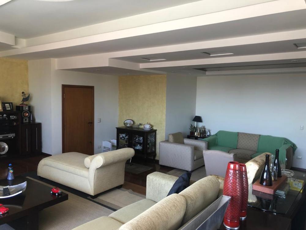 Excelente apartamento, alto padrão com amplo living para 3 ambientes, sala de TV, lavabo, 4 dormitórios com armários, sendo 1 suíte com closet e hidromassagem, banheiros completos.  Sala de jantar, cozinha planejada, despensa, área de serviço, banheiro e quarto de empregada, 2 vagas de garagem. Excelente acabamento em madeira e granito.  Condomínio oferece lazer completo com piscina aquecida, salão de festas, sala fitness, quadra e espaço gourmet. Aceita financiamento e FGTS. Estuda troca por casa térrea em condomínio fechado.