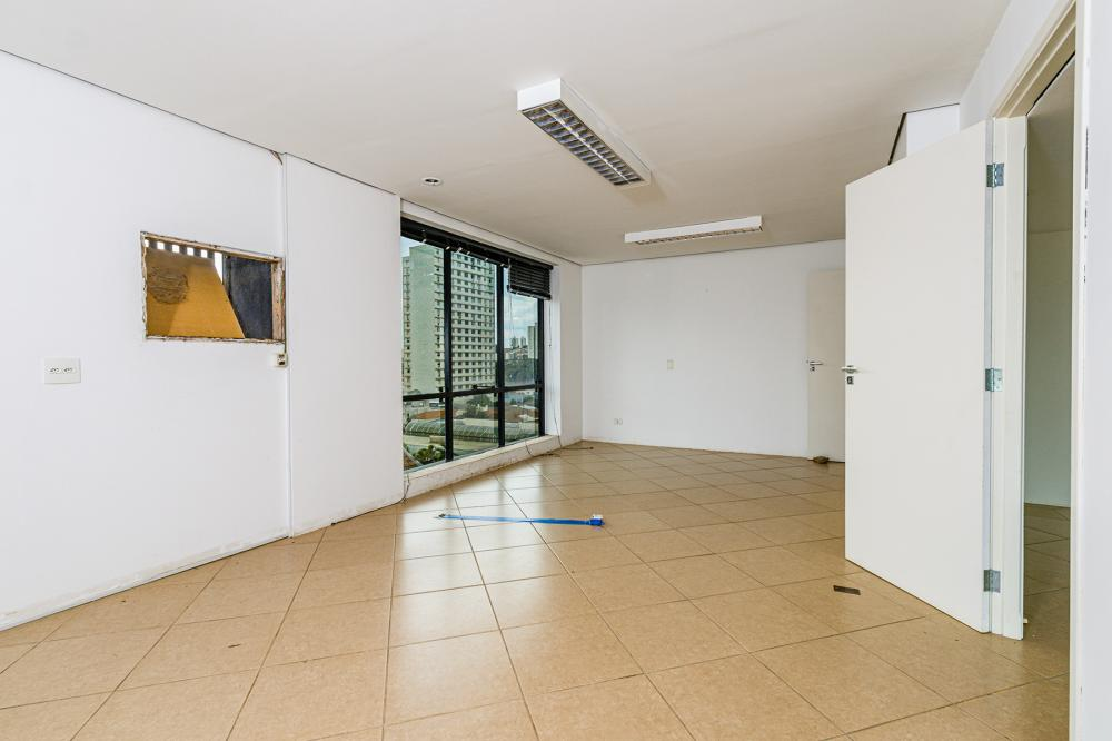 Excelente sala comercial, localizado na região central, próximo ao Poupa Tempo. A sala tem 115,52 m² de área útil, possuí espaço para recepção com divisão para 2 salas, copa e cozinha, 2 banheiros e 1 vaga de garagem.  Estuda financiamento.