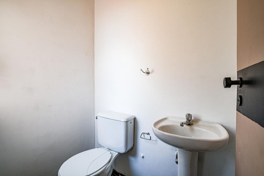 Sala comercial  localizada em via de intenso fluxo com 25m², banheiro privativo, recepção, copa e banheiro masculino e feminino em comum.