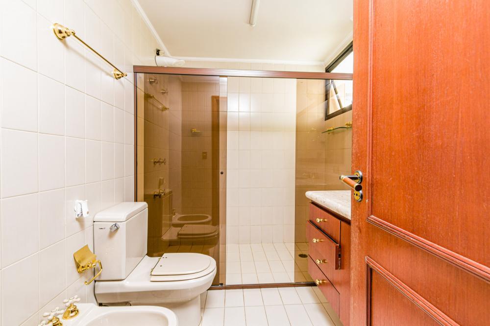 Excelente apartamento com 221 m² ampla sala para 3 ambientes, sala de TV com ar-condicionado, escritório, 3 dormitórios com armário embutido e ar-condicionado. Possui varanda, banheiro social com gabinete e box em vidro temperado, cozinha planejada, despensa, área de serviço com banheiro de empregada e 3 vagas de garagem.  Condomínio oferece a maior e mais completa área de lazer com 2 piscinas, academia, churrasqueira, sala de jogos,sala para pratica de squash, salão festas, quadra poliesportiva e sauna. Aceita financiamento.