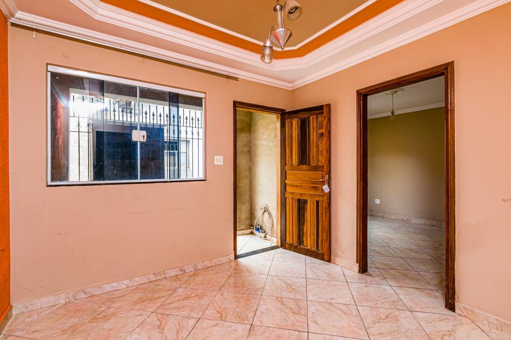 Casa de vila com 62 m² de área útil contendo sala, dois quartos, cozinha ampla e planejada, quintal e banheiro.
