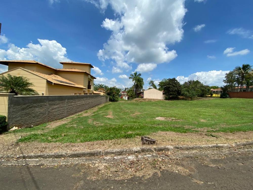 Terreno com 970 m², em excelente localização, próximo ao lago e a área de lazer do condomínio. Condomínio arborizado, 2 lagos, campo de futebol, playground, portaria 24 horas. Estuda financiamento.