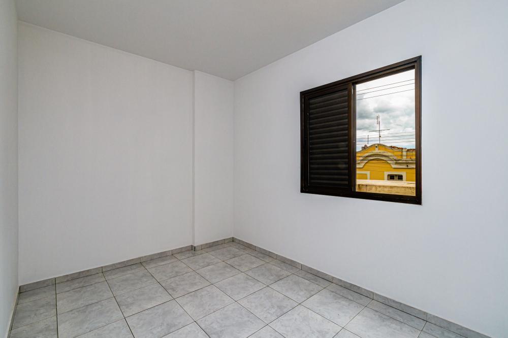 Apartamento no centro da cidade com 2 dormitórios com armários, cozinha planejada, banheiro com box blindex, banheiro de serviço e 1 vaga de garagem coberta. Aceita Financiamento.