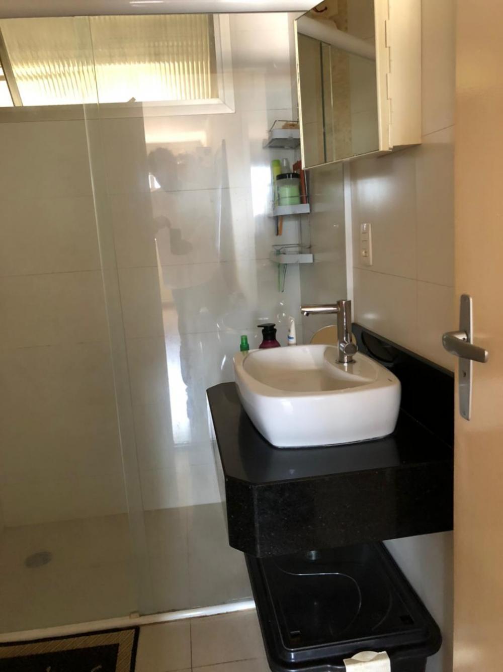 Apartamento kitnet de 34,50 m² com sala/quarto, banheiro, cozinha e área de serviço anexa. Inclui mobília - geladeira, filtro de água, fogão, microondas, cama, armários, etc. Reformado, com piso e banheiro novos. Aceita financiamento.