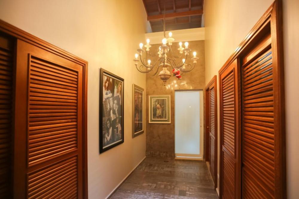 Excelente residência térrea em ótima localização com fino acabamento, medindo 275 m² de terreno e 235 m² de área construída. Conta com 4 dormitórios sendo 2 suítes onde 1 possui closet com armário embutido, 1 ante sala, lavabo, corredor entre os dormitórios com pé direito alto, sala 2 ambientes integradas a uma linda cozinha planejada com ilha e fogão embutido, escritório com moveis planejados e iluminação em LED. A casa possui ares condicionados, madeiramento aparente com muito requinte e 2 vagas de garagem. Aceita financiamento e FGTS.