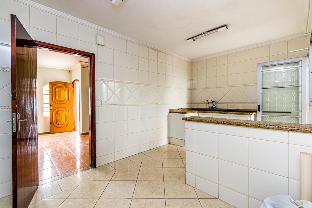 Excelente casa no bairro Prezotto, próximo à avenida dois córregos que possuí uma área comercial excelente, possui 2 dormitórios sendo 1 suíte, sala, cozinha com gabinetes, banheiro social com box em vidro, área de serviço coberta e quintal com área de despejo. Aceita financiamento.