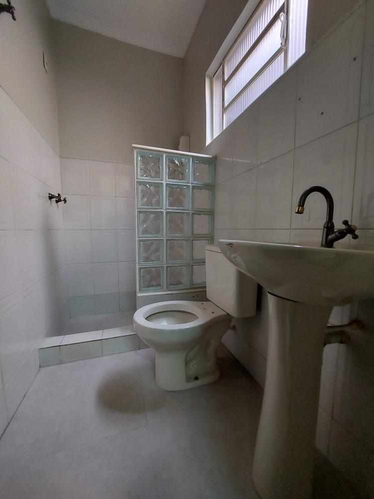 Sala comercial em excelente localização ao lado da Santa Casa, próximo a diversas clínicas e consultórios médicos. Contendo 10m2 e 01 banheiro privativo. Estabelecimento conta com recepção conjunta e 1 banheiro de uso comunitário.