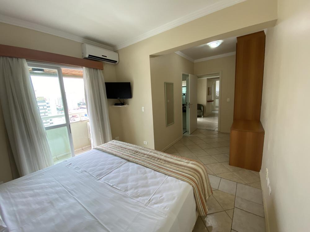 Apartamento mobiliado em região central da cidade com 01 amplo dormitório, sendo suíte, cozinha, sala de estar e jantar e lavabo. Com cama, mesa, cadeiras, microondas, sofá, TV e ar condicionado.