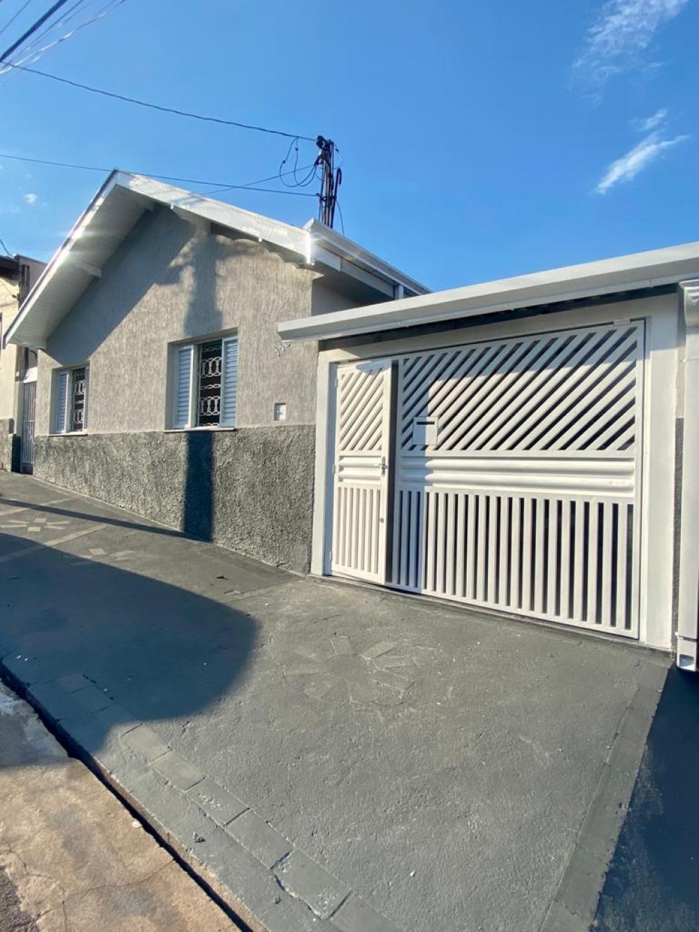 Casa totalmente reformada em excelente localização. 144 m2 distribuídos em ampla sala, cozinha com gabinete, 3 quartos, banheiro social, banheiro externo, despensa, lavanderia coberta e amplo quintal. 3 vagas de garagem.