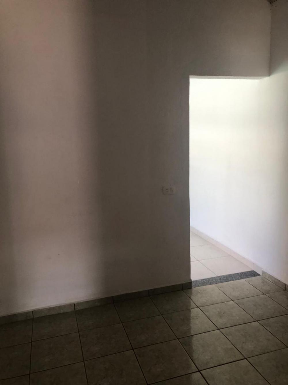 Casa em bairro tranquilo, com 1 dormitório, sendo suíte, cozinha, sala, lavanderia coberta, banheiro de serviço, possibilidade de uma vaga para moto.