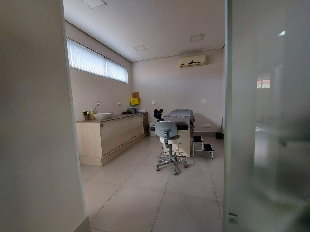 Excelente sala comercial com ótimo acabamento, contendo ar condicionado, armários planejados e maca. 1 banheiro privativo. Prédio conta com elevador PNE.  Para você que precisa de segurança, tranquilidade e privacidade em um só lugar.   Entre em contato e agende uma visita.