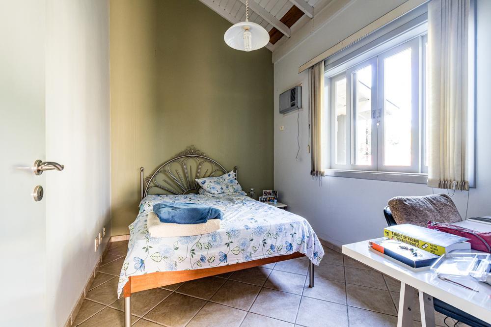 Belíssima residência em condomínio fechado, MOBILIADA, com localização privativa, medindo 415 m² de construção em terreno de 2.439 m², distribuída em amplas salas de estar e jantar, lavabo, mezanino para escritório, 3 dormitórios com armários embutidos (sendo 1 suíte com banheira e 2 suítes canadenses), sala íntima, todas com acesso a área de piscina, banheiro social, cozinha planejada, despensa, dormitório e banheiro externos, espaço gourmet com churrasqueira e forno á lenha, piscina, quintal, espaçosa área de jardim, 6 vagas de garagem. Imóvel climatizado, com ares-condicionados nos dormitórios e salas.