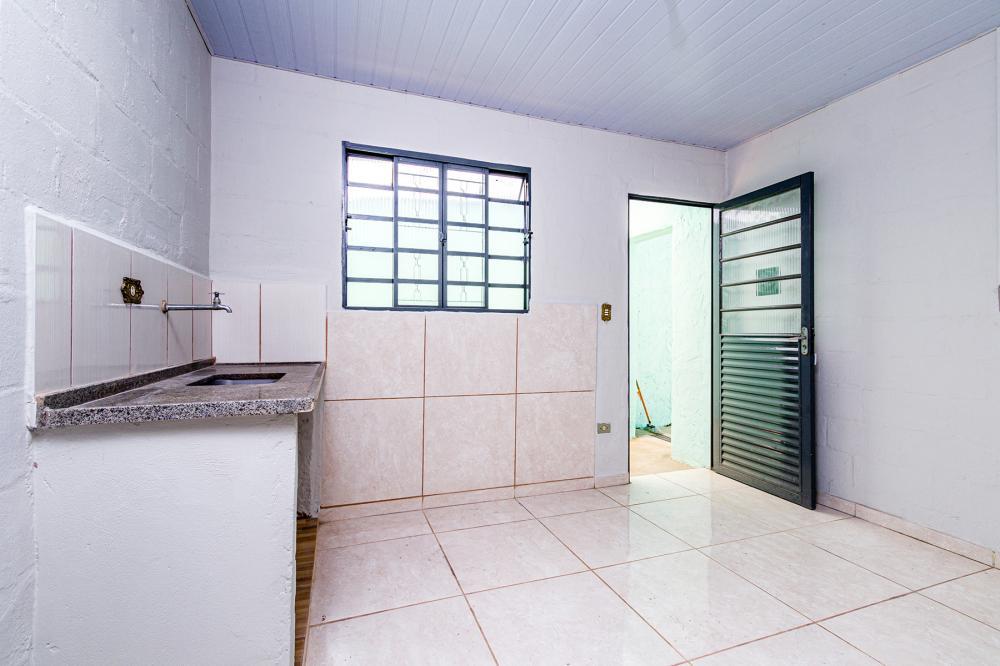 Casa no Sol Nascente, com cozinha, sala, banheiro, área de serviço coberta.