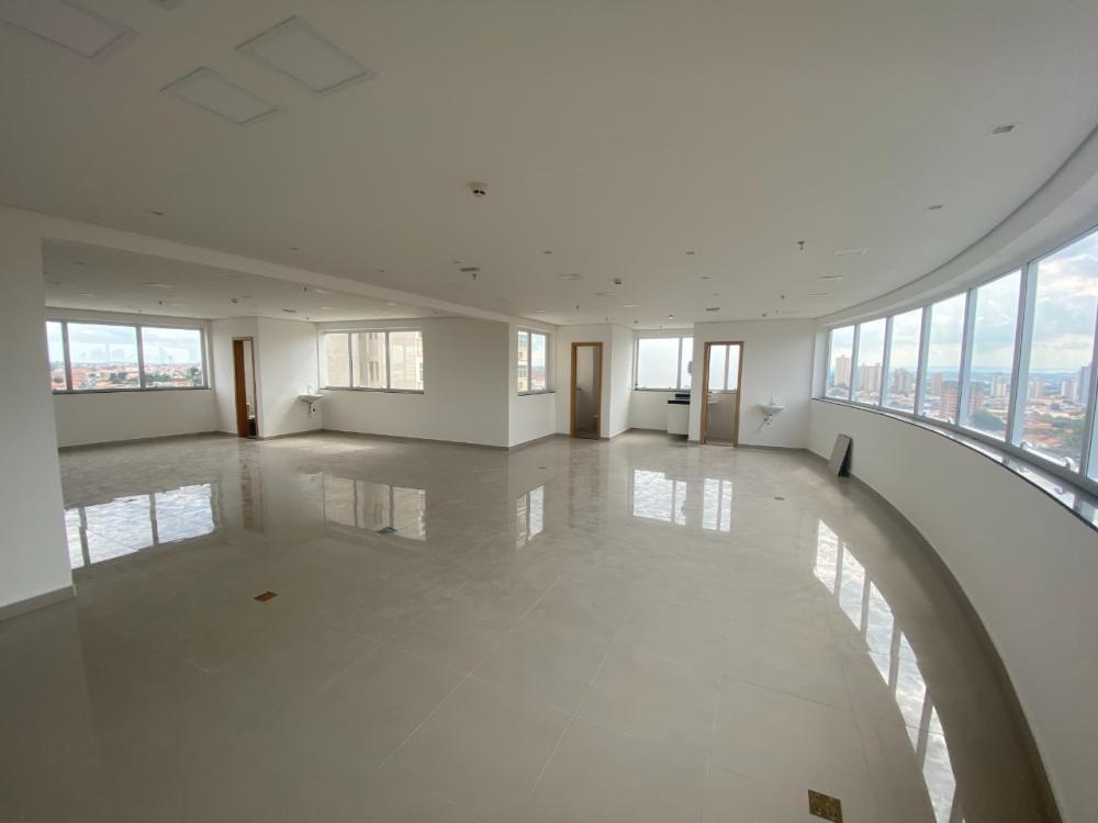 Sala comercial em ótima localização, em frente a Santa Casa, com 130m², copa, 4 banheiros e linda vista. 02 vagas de garagem. Primeira locação. Condomínio oferece banheiros para visitantes no hall de cada andar, 3 elevadores sendo 1 panorâmico e portaria.
