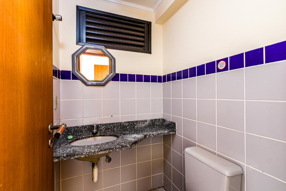 SEMI-MOBILIADO! Excelente apartamento (loft) à 100 metros da ESALQ, com 1 suíte, sala com sacada, lavabo, cozinha com gabinete e armário embutido, 1 vaga.