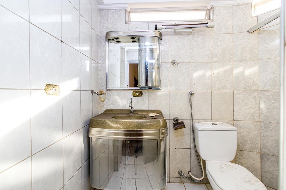 Excelente casa com 2 dormitórios sendo uma suíte, todos com guarda- roupas, cozinha com armários, sala dois ambientes, sacada com lavanderia coberta, cozinha e banheiro.
