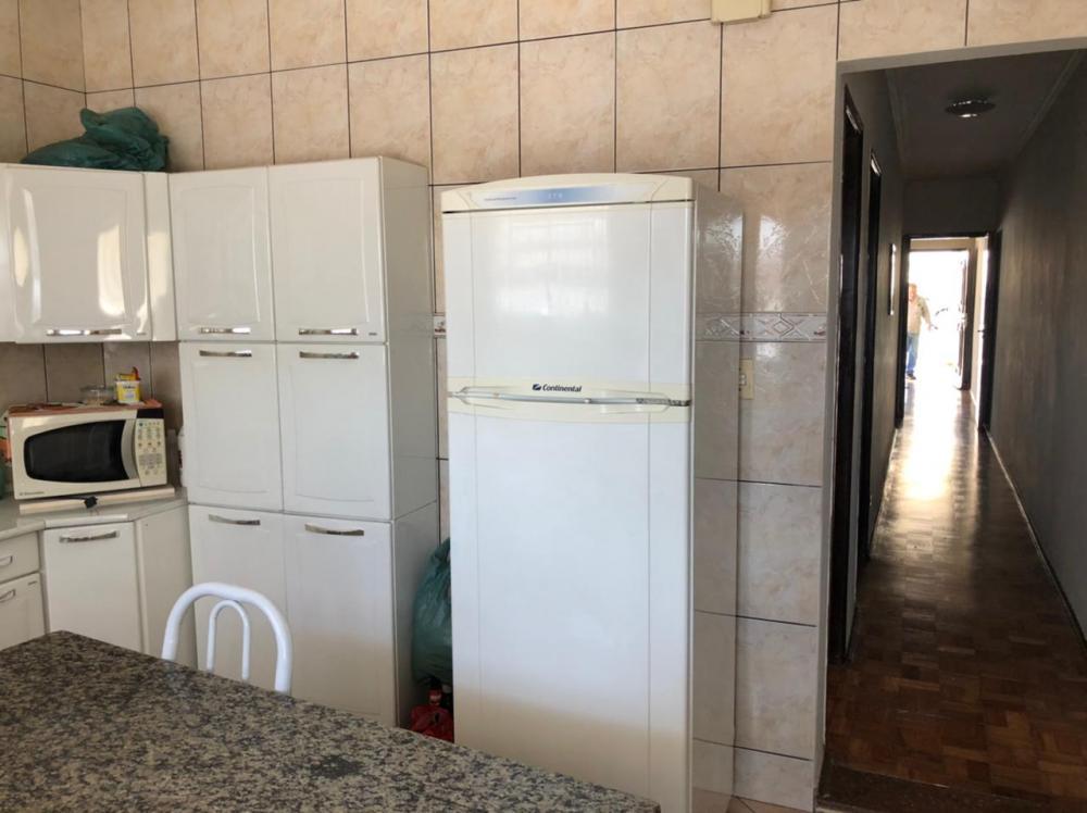 Casa residencial na Vila Resende, em ótima localização, terreno de 129 m², com construção de 94, 78 m², 2 vagas de garagem, 2 dormitórios sendo 1 suite, 1 banheiro social, sala de TV, cozinha, quintal com varanda e subsolo com área de serviço e quarto de despejo. Aceita financiamento.