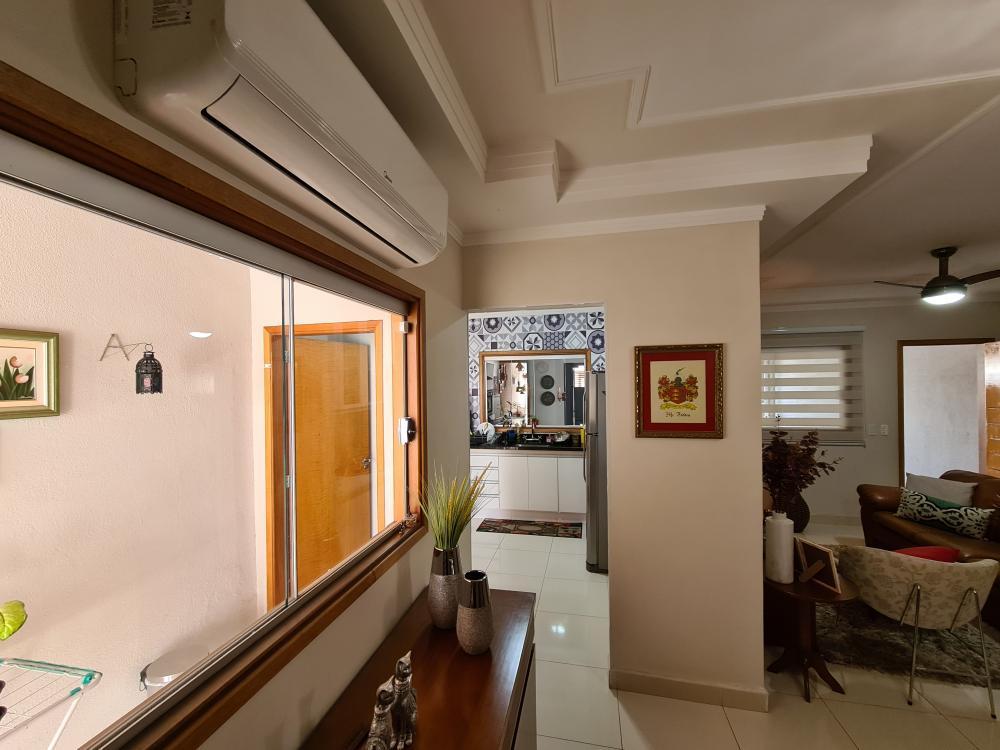 Excelente imóvel em condomínio fechado, casa térrea, com 175 m² de terreno e 100 m² de construção, sendo ampla sala dois ambientes, cozinha com armários embutidos, 3 dormitórios, todos com armários, sendo uma suíte com closet e ar condicionado, banheiro social com box de vidro. Área de churrasqueira e duas vagas de garagem. Excelente acabamento com porcelanato e janelas em vidro. Estuda permuta. Aceita financiamento e FGTS.