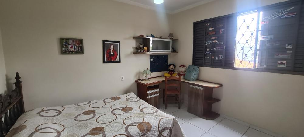 Residencia em ótima localização no bairro Jardim Monumento com 250,00m² de terreno e 217,34m² de construção. Sendo casa com 3 dormitórios, 1 com suite, cozinha, sala de tv e área com churrasqueira. Aceita financiamento.