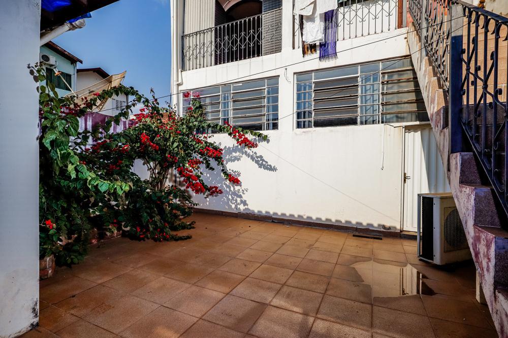 Imóvel Residencial e Comercial na Vila Rezende em excelente localização com 181,35 m² de terreno e 247,10 m² de construção. Salão comercial com 120,35 m² com banheiro. Piso superior com 2 dormitórios com armários sendo 1 suíte com sacada, sala 2 ambientes, área de luz, cozinha, varanda. Quintal com quarto de despejo, espaço gourmet e 1 vaga de garagem. Não aceita financiamento.
