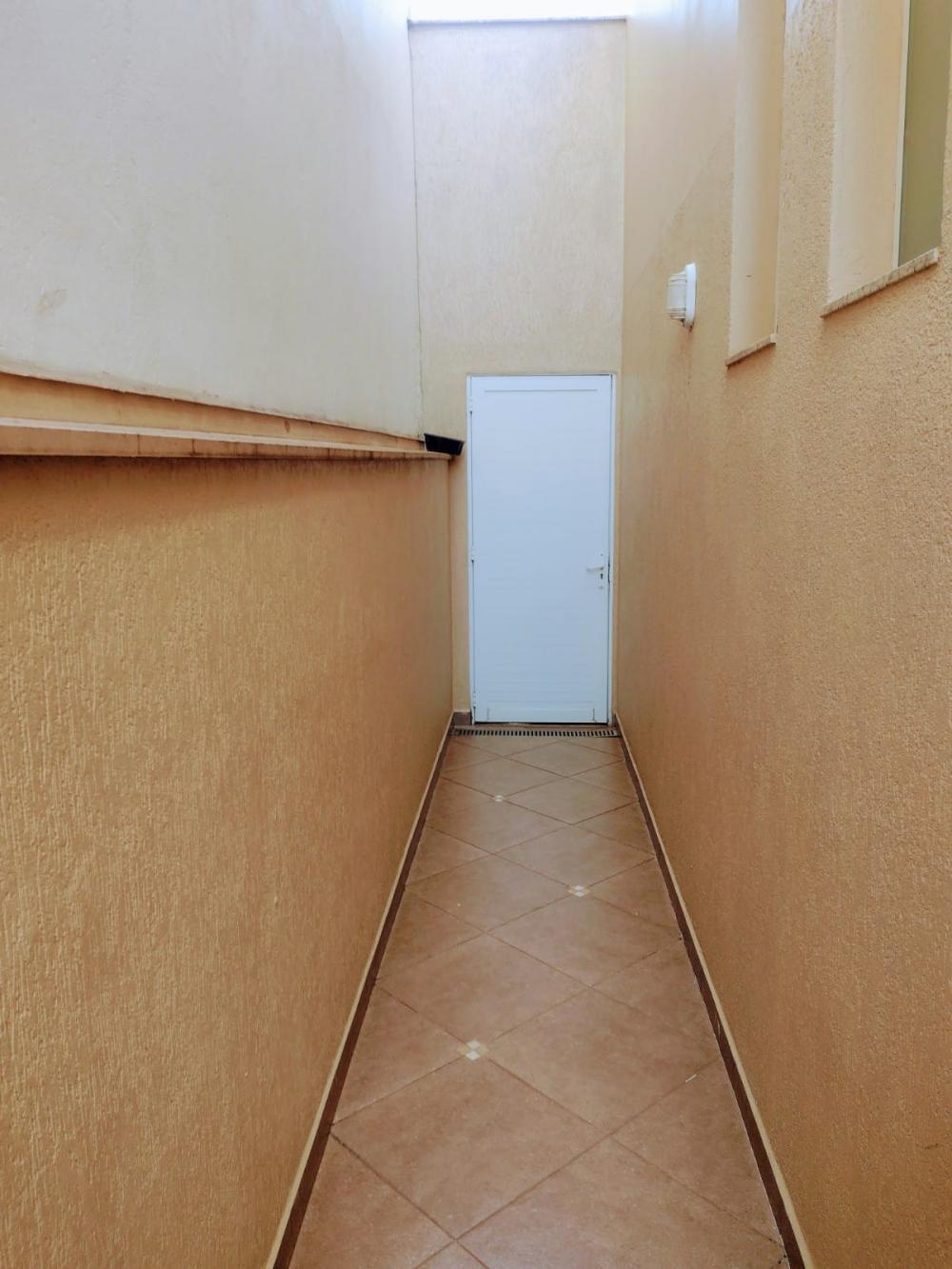 Belo sobrado em condomínio contendo ampla sala para 2 ambientes, lavabo, banheiro social com box em vidro temperado, cozinha planejada, 3 suítes sendo 1 master com closet, ar condicionado  em todos os dormitórios, fino acabamento.  Piscina aquecida, área gourmet e 2 vagas de garagem cobertas. Aceita financiamento.
