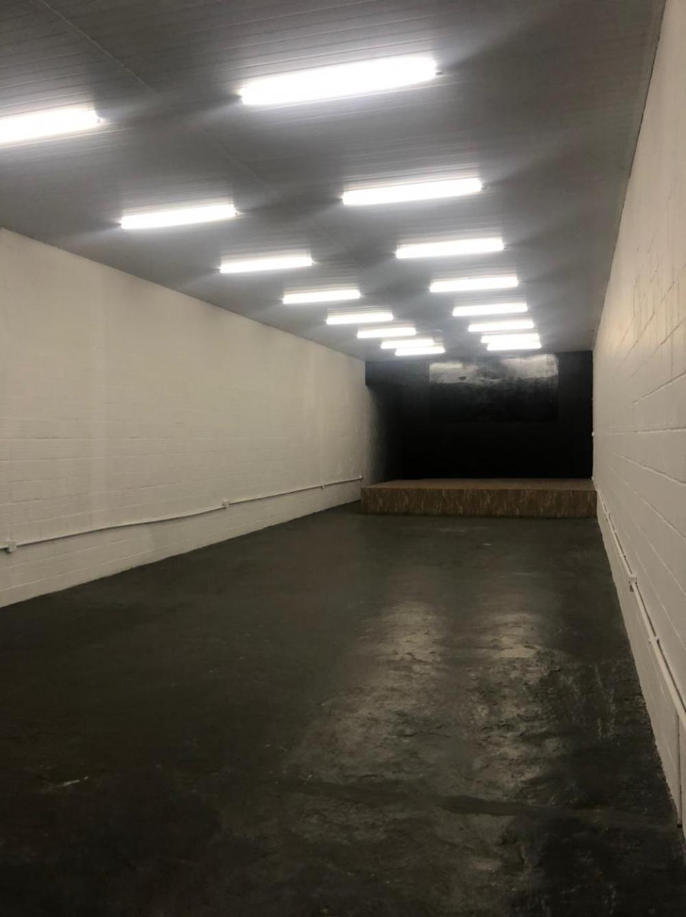 Salão comercial com 100 metros de vão livre com 02 banheiros , uma área de serviço coberta .