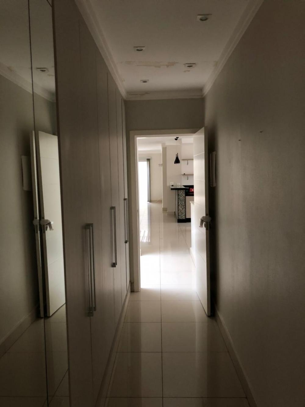 Linda casa em ótima localização, em terreno de 324,44 m², com 227,12 de construção, com 2 vagas de garagem, 3 dormitórios sendo 1 suite com closet, corredor dos quartos com roupeiro,  sala vários ambientes com lavabo + sala de estar, cozinha americana com planejados, coocktop, forno elétrico e exaustor, quintal com área de serviço, quarto e banheiro. ( ótimo acabamento, porcelanato, planejados, ar condicionado, etc). Aceita financiamento.