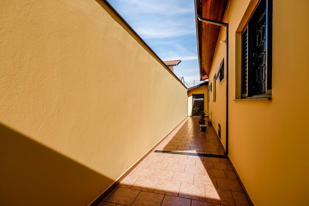 Ótima casa 3 dormitórios, sendo 2 suítes completa de armários, sala 2 ambientes, cozinha planejada, lavanderia coberta, quarto e banheiro externo, 2 vagas de garagem. Ótimo acabamento. Aceita financiamento e FGTS