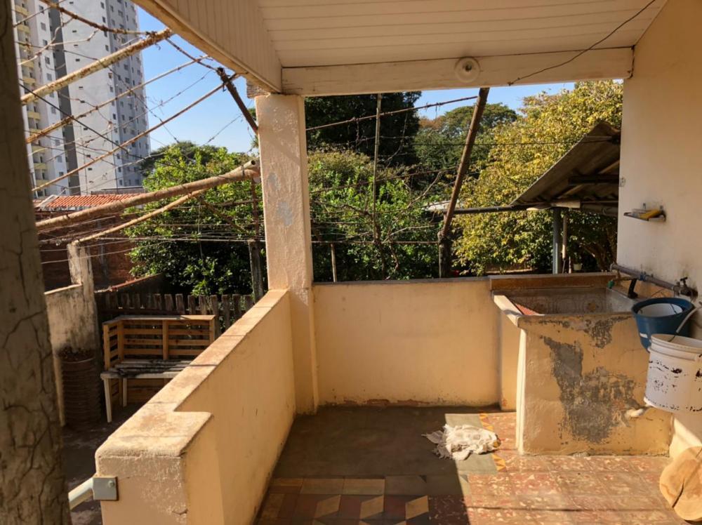 Casa antiga em otima localização, com potencial comercial, terreno de 300 m², construção de 104 m², 2 vagas de garagem, 3 dormitórios, 1 banheiro, área de serviço e quintal grande. Não aceita financiamento.