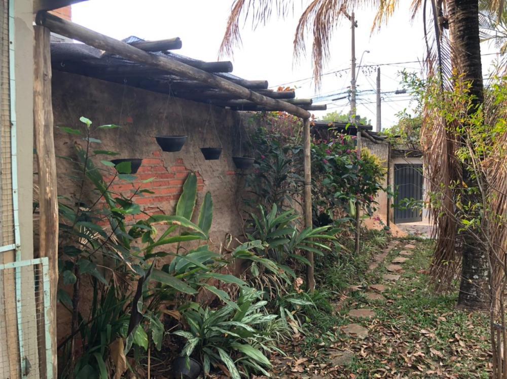 Terreno com 289,70 m², todo murado e com casas em todos os lados (portão de garagem na entrada), rancho com área de churrasco, quarto de despejo, poço artesiano. Não possui banheiro construído. Aceita financiamento.