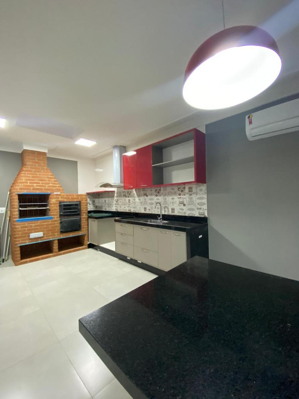 Casa em condominio térrea,em terreo de 256 m², com 200 m² área construída. A casa possui 3 dormitórios sendo 2 suítes com armários embutidos, banheiro social, sala ampla para 2 ambientes com pé direito duplo, cozinha americana com armários e fogão, integrada com área gourmet, quintal, entrada e corredor lateral, 2 vagas de garagem cobertas. Ótimo acabamento, ar condicionado em todos os ambientes.  Aceita financiamento.  Estuda permuta com imóvel de menor valor.