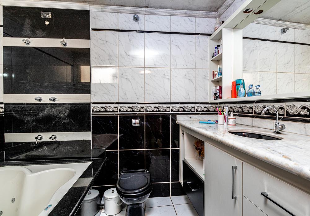 Excelente residência localizado no Bairro Vila Monteiro, contendo 393,60m2 de terreno e 190,15m2 de construção . Área de lazer amplo, com espaço gourmet e gramado e 1 banheiro. Garagem para vários veículos. Sala com painel ,3 dormitórios sendo todos com armários e 2 suites( 1 com hidro), sala de jantar, cozinha planejada, despensa, lavanderia coberta e quarto de despejo.  Estuda Financiamento e FGTS.