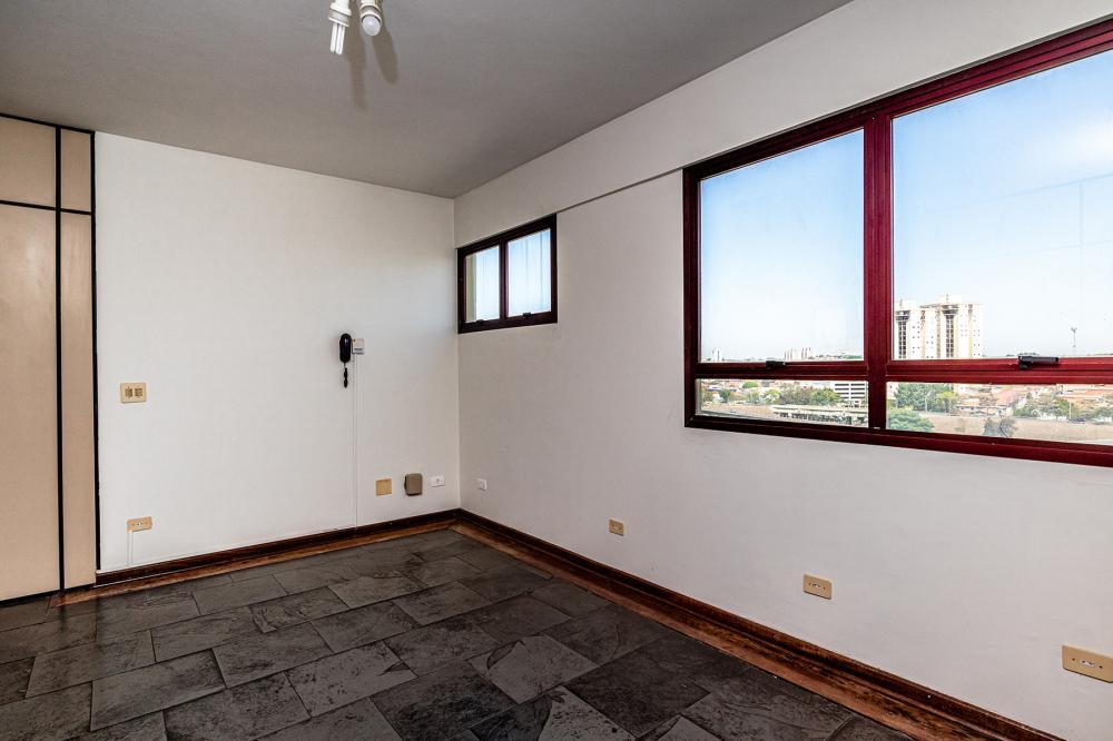 Sala comercial com 85 m², 1 vaga de garagem, com divisórias, 2 banheiros e 1 pequena copa. Aceita financiamento.