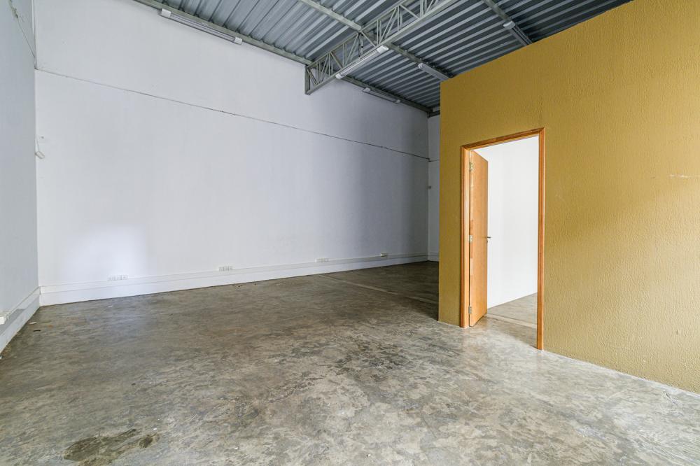 Salão comercial novo em avenida de alto Fluxo no Centro medindo 332m² de área útil e 9 M² de fachada, com 3 banheiros, copa, escritório, 4 vagas de recuo. Portão eletrônico.