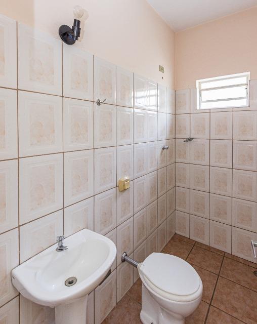 Salão contendo 88 m² com copa fechada em blindex, 2 banheiros. Acabamento em piso cerâmico e azulejado.