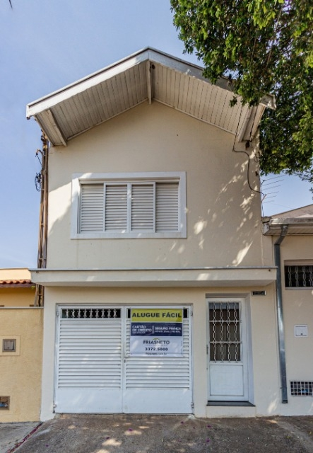 Casa em ótima localização próximo a Esalq com sala, 3 dormitórios sendo 1 com armário, 2 banheiros sendo 1 com box, cozinha com gabinete, lavanderia coberta, quintal, 1 vaga.
