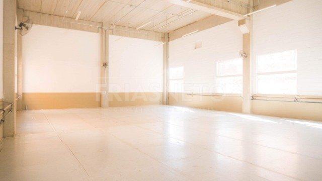 Prédio comercial multiuso cuja localização privilegiada combina com um projeto arquitetônico arrojado feito em concreto aparente, com pé direito triplo e fechamento em tijolos cerâmicos e amplas vidraças, permitindo boa luminosidade e frescor. Situado no cinturão gastronômico e turístico da Beira Rio e do futuro Mirante Shopping Piracicaba, o imóvel está em um terreno de 1.669m². São 3.159m² de área total construída. O prédio é dividido em três pavimentos (subsolo, térreo e 2 superiores).  Subsolo: 40 vagas de garagem e 10 vagas descobertas (recuo). Térreo: Sala Vip Lounge (dividida em três ambientes: recepção, estação de trabalho e espaço gourmet); vestiários, banheiros e cinco salões amplos  1º Pavimento: copa, banheiro e 2 salões 2º Pavimento: 2 salões