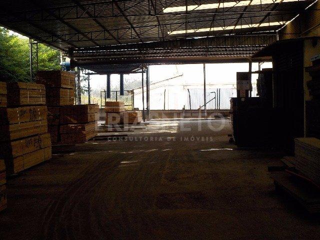 Galpão com 20.000m² localizado na rodovia anhanguera com pé direito de 6 metros, em frente a Havan, sendo 7.281m², distribuídos em galpões, escritório, refeitório e guarita. Pátio para manobra asfaltado e piso de alta resistência, 70 vagas para estacionamento, caixa de água para 30.000 litros e transformador de 30 kva.