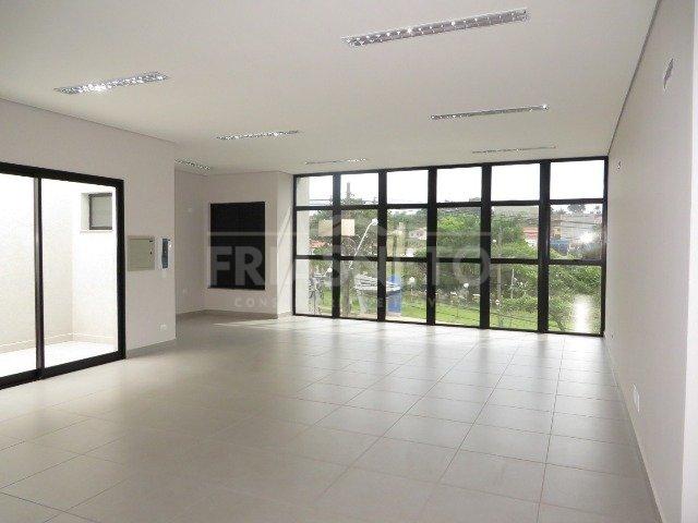 OPORTUNIDADE sala comercial nova (1° locação) em piso superior medindo 60m² contendo banheiro privativo, boa iluminação e ótimo acabamento. Localizada em avenida com grande fluxo de veículos, próximo a diversas empresas e comercio.