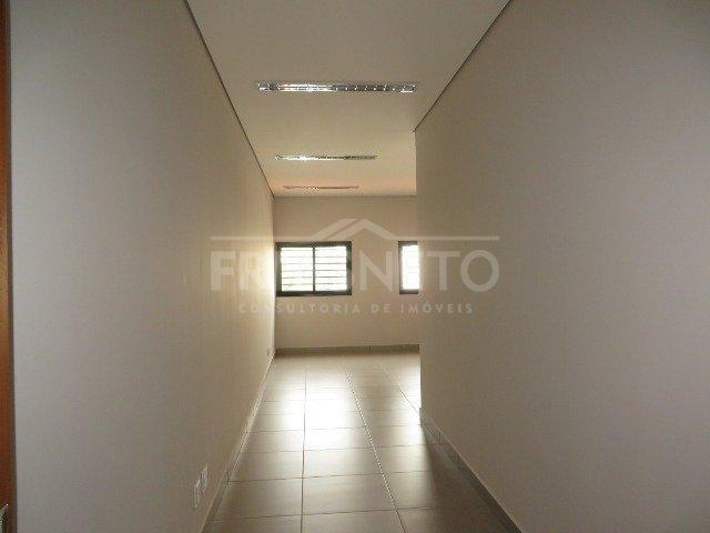 OPORTUNIDADE sala comercial nova (1° locação) em piso superior medindo 50m² contendo banheiro privativo, boa iluminação e ótimo acabamento. Localizada em avenida com grande fluxo de veículos, próximo a diversas empresas e comercio.