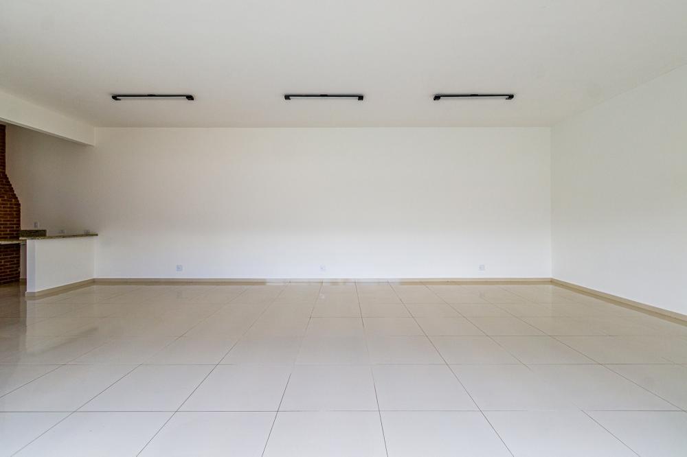 Apartamento em bairro tranquilo com 58m² contendo sala com sacada, cozinha planejada, 02 dormitórios com armários sendo 01 suíte, banheiro social com gabinete e box. 02 vagas de garagem. Condomínio oferece piscina e salão de festas.