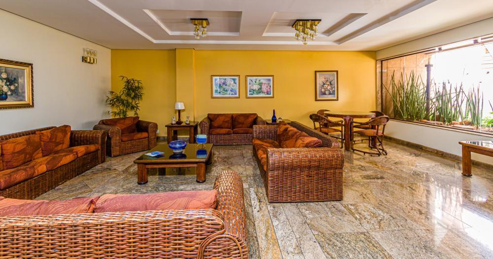 Apartamento 99,96m² no centro da cidade, Sala ampla com 2 ambientes , cozinha planejada, lavanderia com uma dispensa, 3 dormitórios com armários sendo 1 suite. 1 vaga de garagem.
