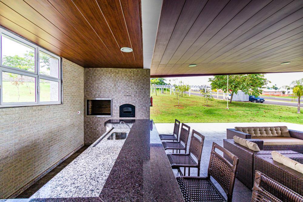Excelente residência térrea com 542 m², 264 m² de construção, acabamento impecável, com 3 suítes sendo 1 master com closet, ampla sala de estar e jantar, lavabo, cozinha planejada e área de serviço.  Espaço gourmet com churrasqueira e piscina, amplo quintal com banheiro externo e paisagismo e 3 vagas de garagem.  Estuda financiamento e  permuta com imóvel de menor valor.