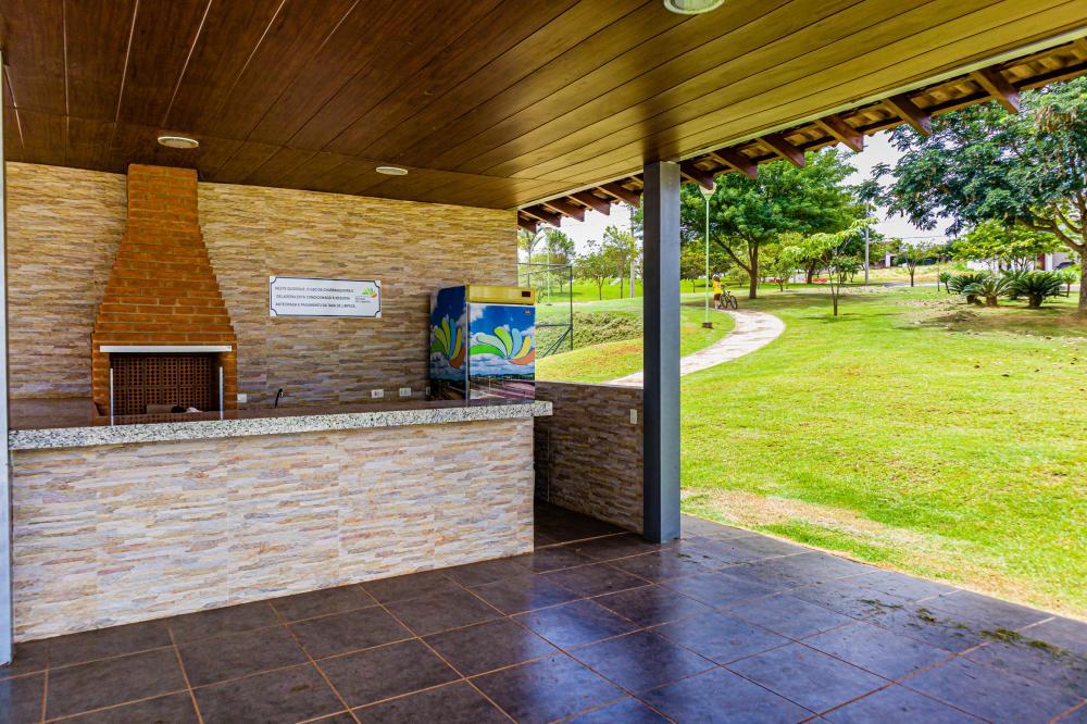 Excelente lote em condomínio fechado medindo 15 m x 35 m  (525,00 m²), topografia plana em condomínio com área de lazer completa e segurança 24 horas. Aceita financiamento.