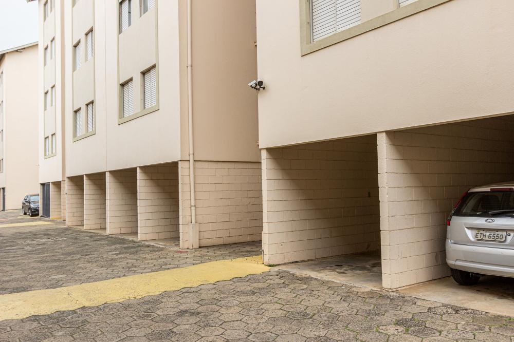 Apartamento medindo 57 m² de área útil, próximo ao Centro, com sala para 2 ambientes, varanda, banheiro social, cozinha com gabinete e armário, área de serviço com armário e 2 dormitórios (sendo um com armário). Garagem com 1 vaga. Estuda financiamento e FGTS.