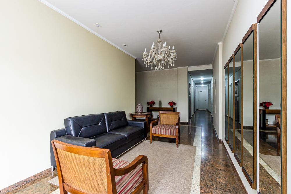 Apartamento com 3 dormitórios , sendo 1 suíte com armário, sala 2 ambientes, banheiro social com box acrílico e gabinete, cozinha com gabinete, área de serviço e despensa. 1 vaga. Aceita financiamento e FGTS. Estuda permuta por casa de até R$ 360.000,00.
