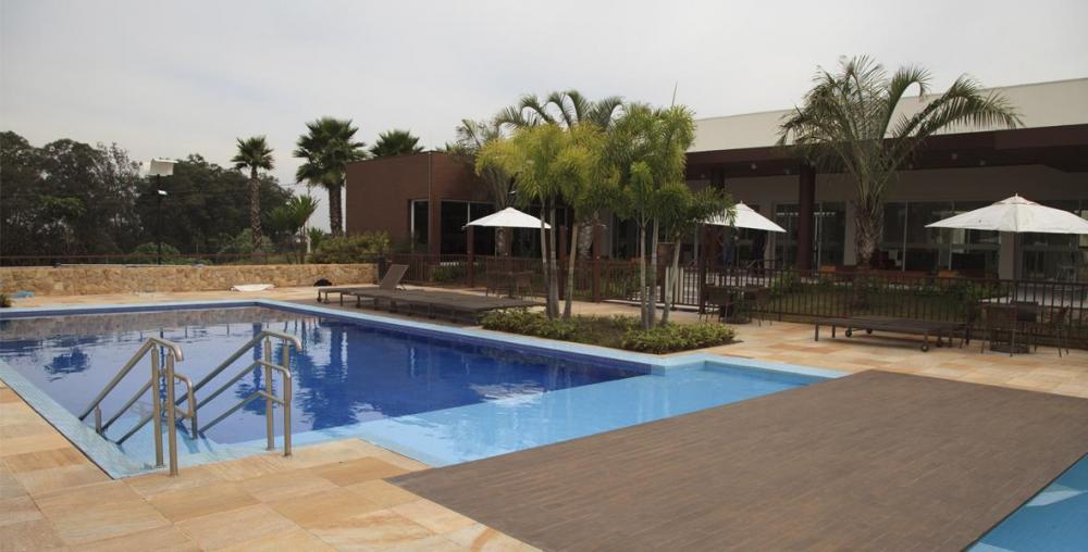 Ótimo terreno de esquina no Condomínio Villa D'aquila plano, 381,20m². Condomínio com clube completo com piscina, quadra poliesportiva, quadra de tênis, academia, churrasqueira, salão de festas, espaço gourmet e playground. Aceita financiamento.