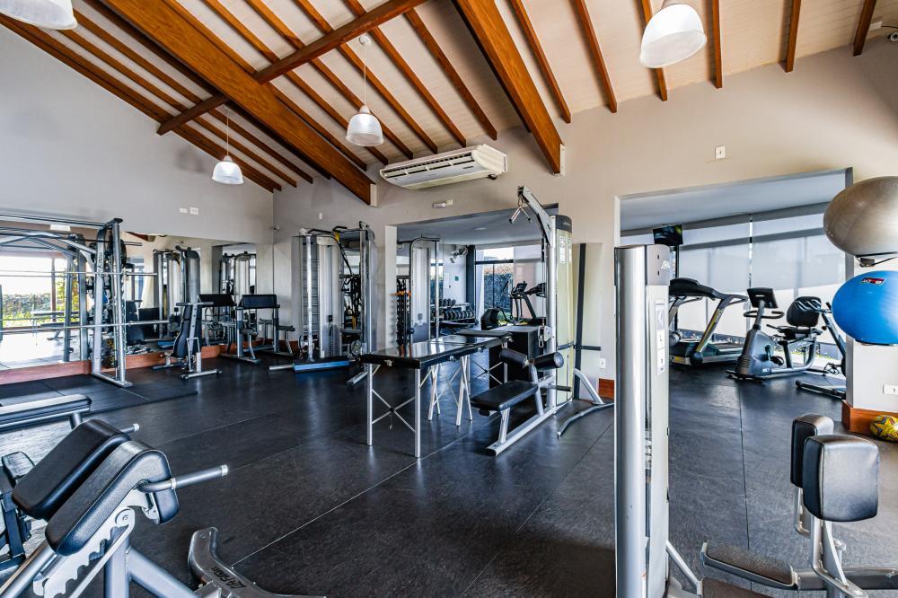Lote de 525,82 m² com pequeno aclive, localizado próximo à portaria. Aceita financiamento.